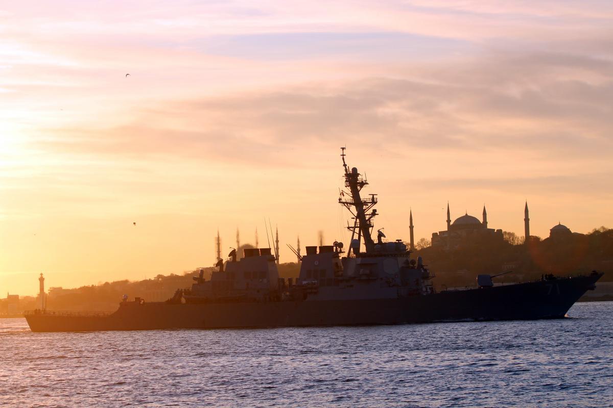 Ракетний есмінець Ross проходить Босфор 15 грудня / REUTERS