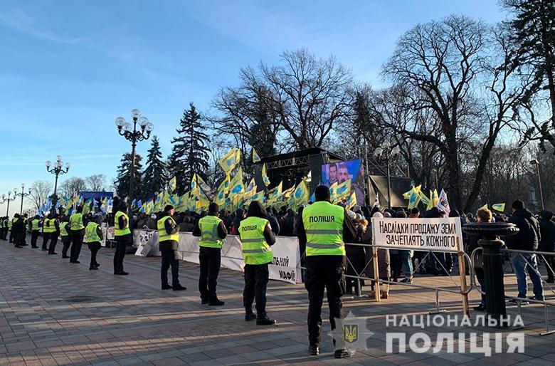 """Они держат плакаты с надписями: """"Продажа земли - геноцид украинцев» / фото: полиция"""