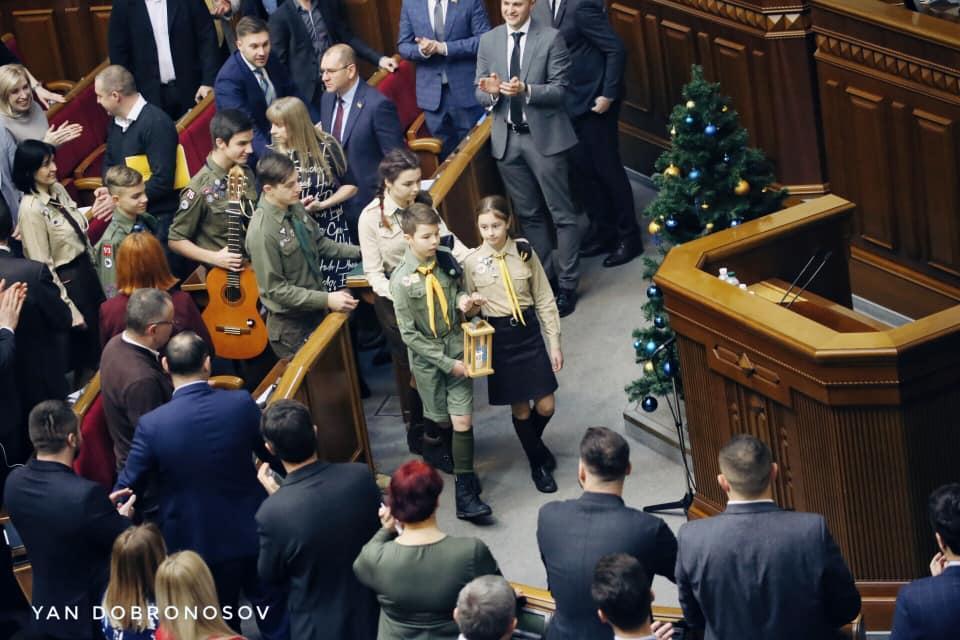 Пластуны принесли в Раду Вифлеемский огонь / фото Yan Dobronosov