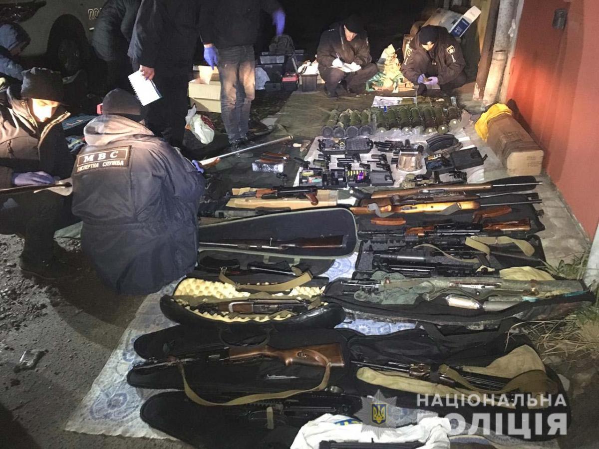 Полицейские насчитали более 10 тыс. единиц оружия и боеприпасов / Фото: Нацполіція