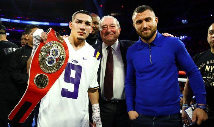 Теофимо Лопес, Боб Арум и Василий Ломаченко / фото boxingscene.com
