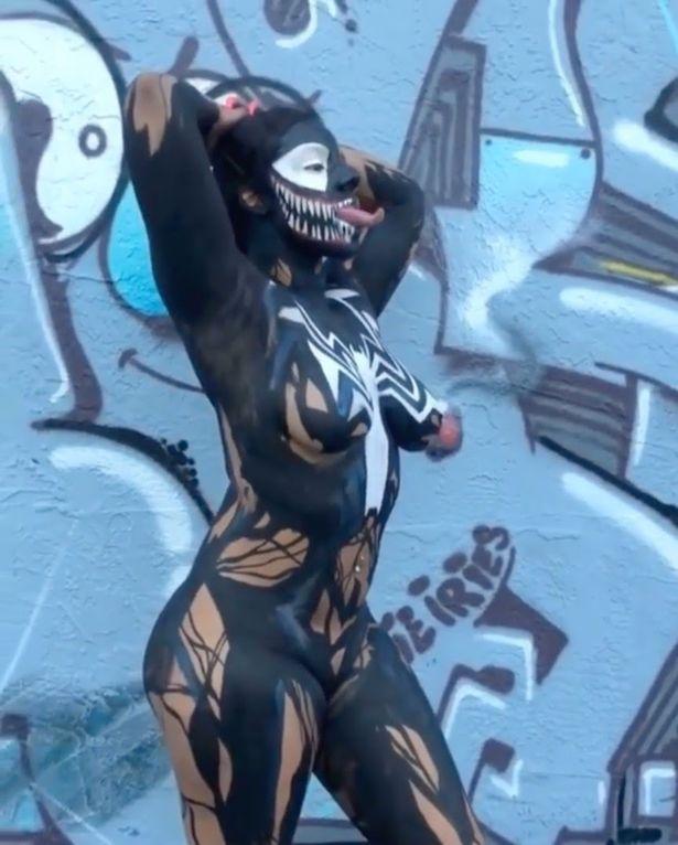 Мікаіла Саравия перевтілилася в образ героя киновселенной Marvel Венома/ Daily Star