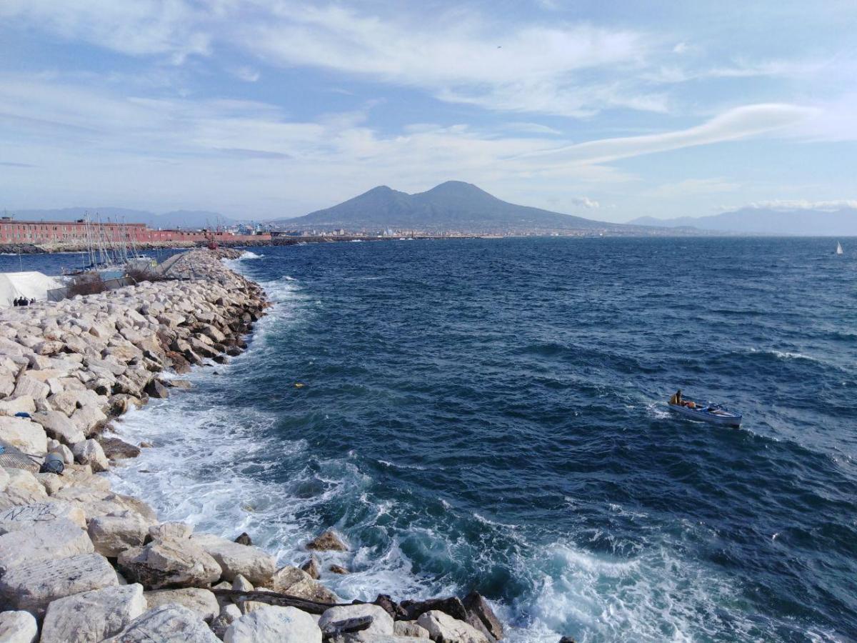 Вид на Везувий с набережной Неаполя / фото: Ольга Броскова
