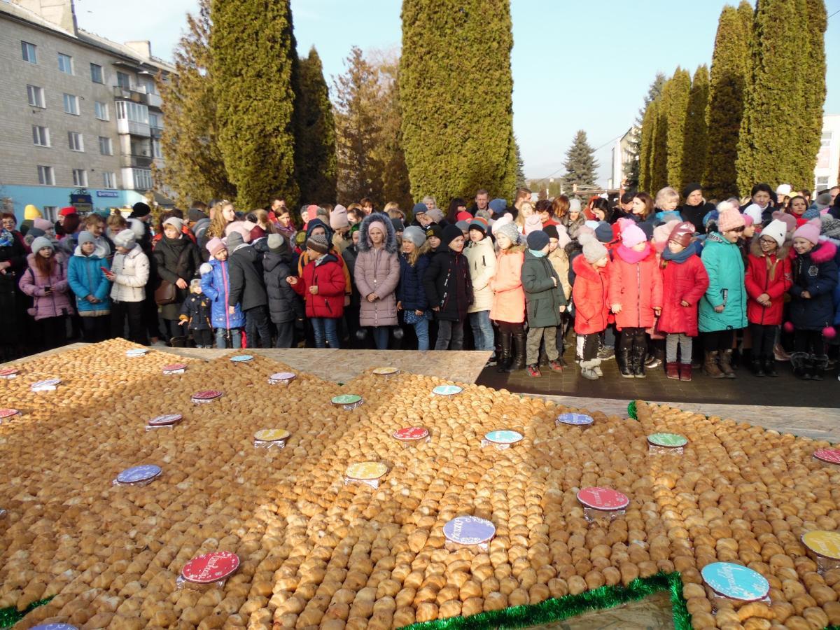 """Після фіксації рекорду """"ялинку"""" зїли / Фото: shumska-gromada.gov.ua"""