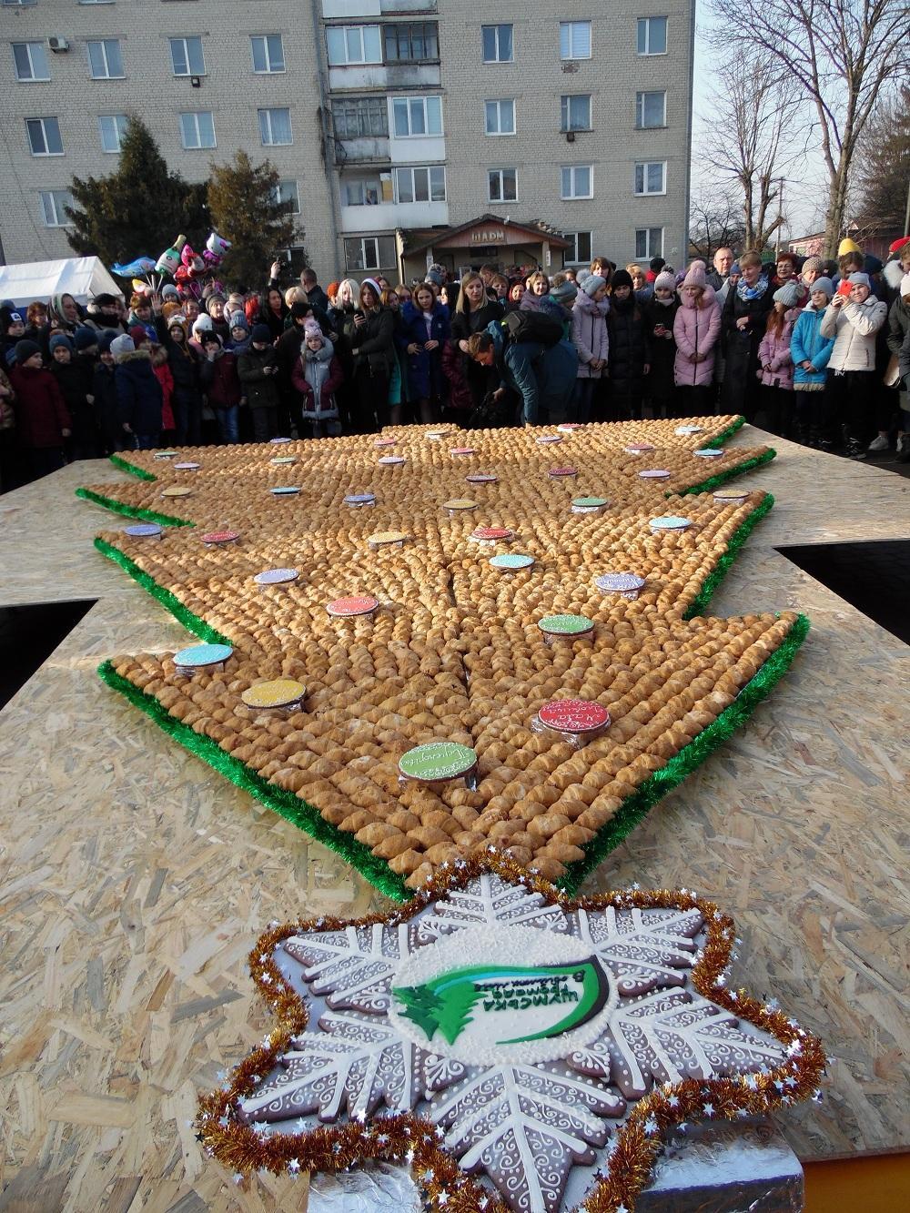 На Тернопільщині встановили рекорд України, створивши найбільшу ялинку з круасанів / Фото: shumska-gromada.gov.ua