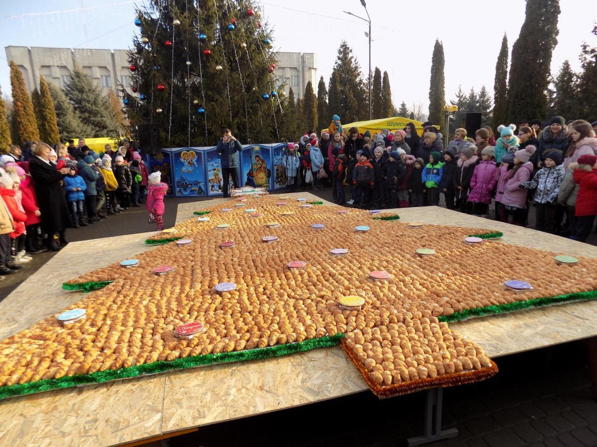 Щоб створити ялинку, знадобилося 4 тис. круасанів та 36 імбирних пряників / Фото: shumska-gromada.gov.ua