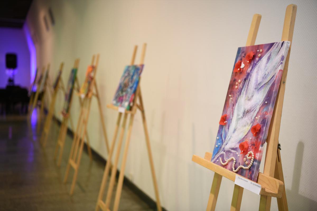 Картины 9-летней девочки были выставлены на аукцион