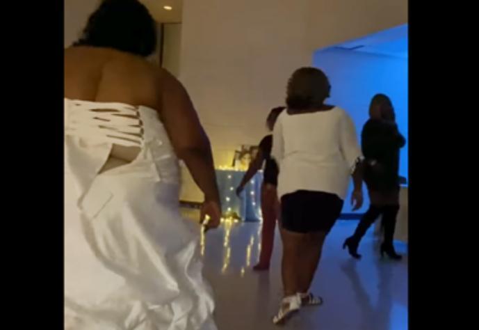 Тучная невеста опозорилась с нарядом / Скриншот