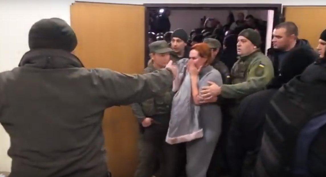 Несколько десятков спецназовцев вытеснили людей, которые пришли поддержать Кузьменко в суд / Скриншот
