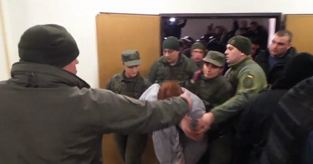Спецназовцы взяли штурмом судебный зал и вывели оттуда Кузьменко, чтобы отвезти в СИЗО / Скриншот