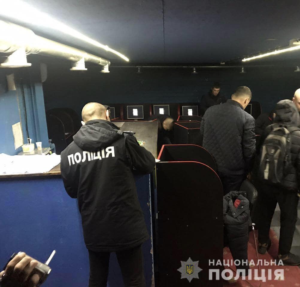 Правоохранители изъяли почти 400 единиц компьютерного и игрового оборудования / фото facebook.com/pol.kyivregion