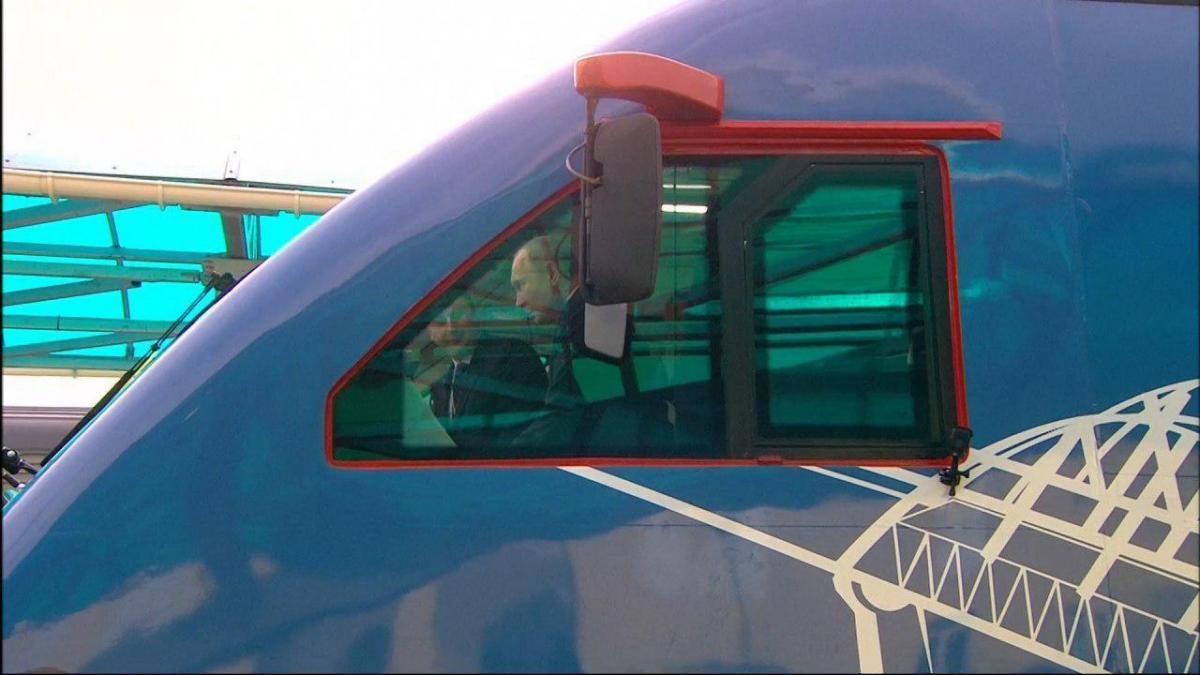 Путин запустил движение поездов по мосту через Керченский пролив / скриншот