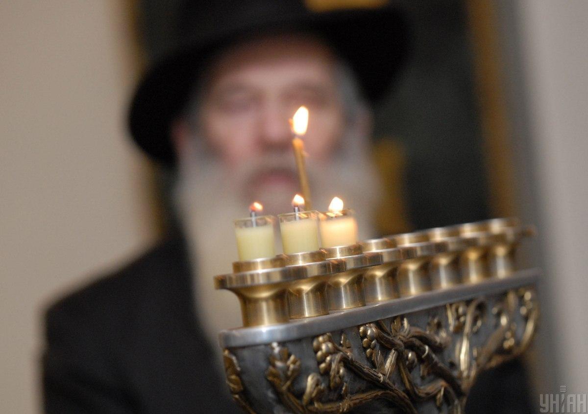 """В течение восьми дней в синагогах читается молитва """"Галель"""", а в домах каждый вечер зажигают восьмисвечник — ханукию / Фото: УНИАН"""