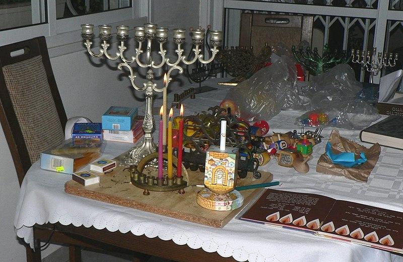 На этот праздник принято давать детям деньги, готовить картофельные оладьи / Фото: Википедия