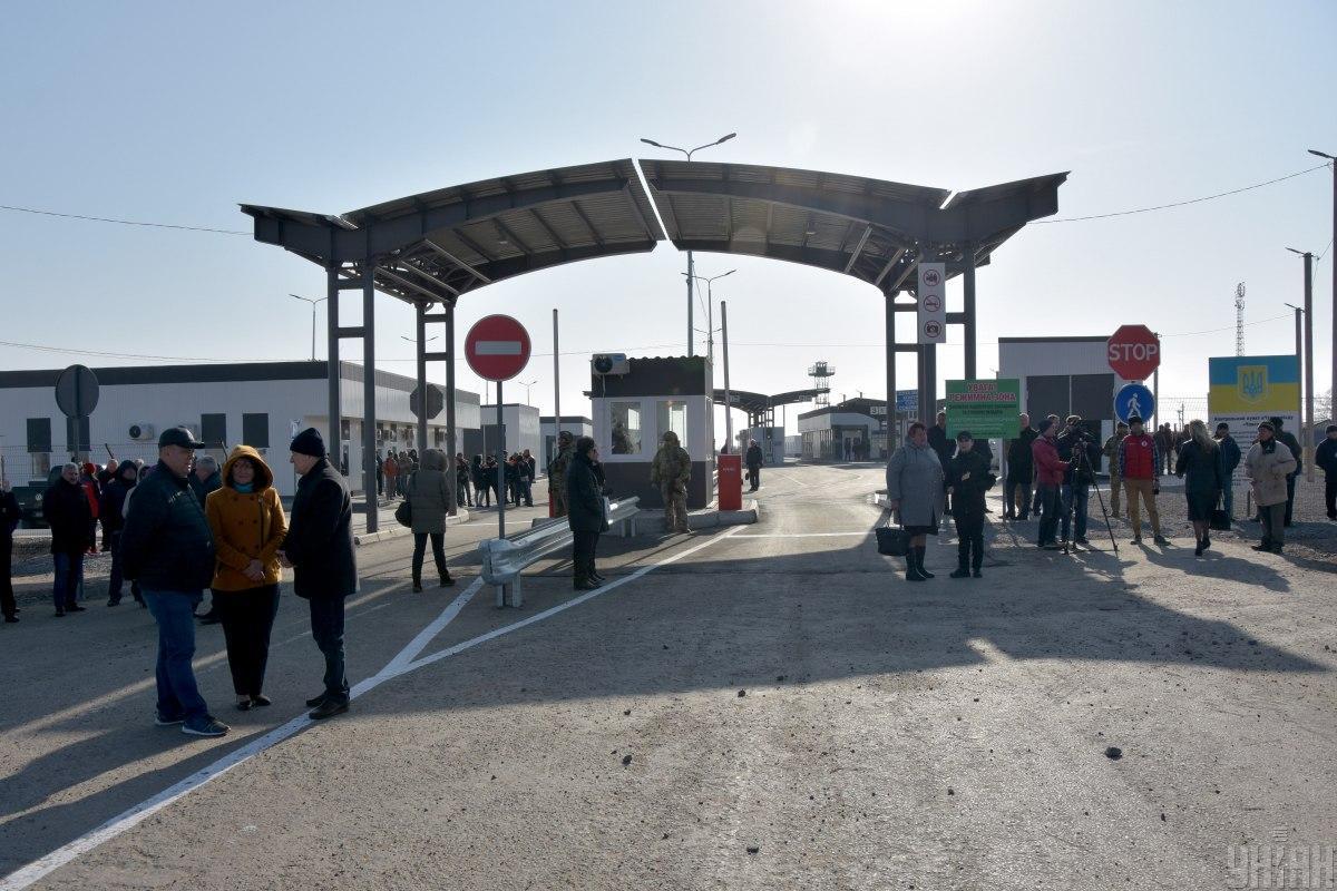 Пограничники проверяют температуру всех, кто выезжает из Крыма / фото УНИАН
