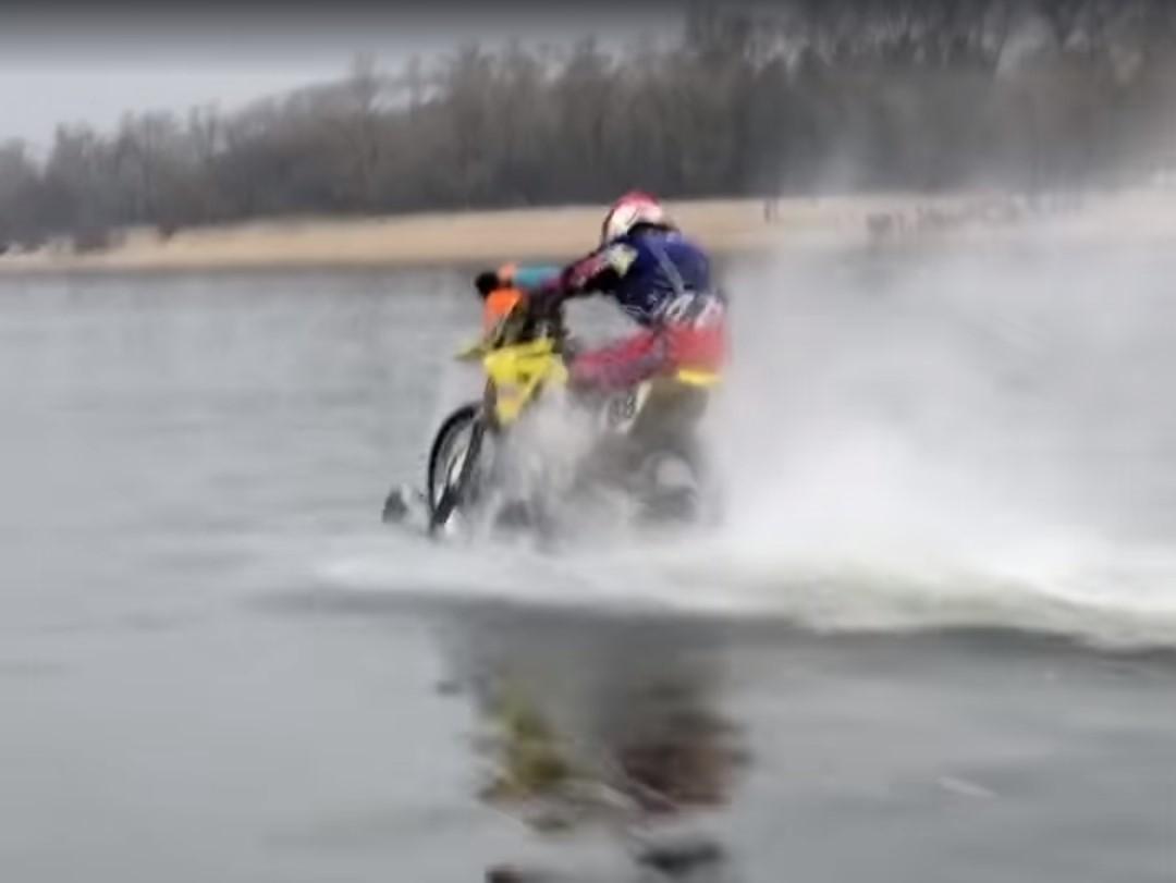 На мотоцикл были установлены специальные лыжи / скриншот из видео