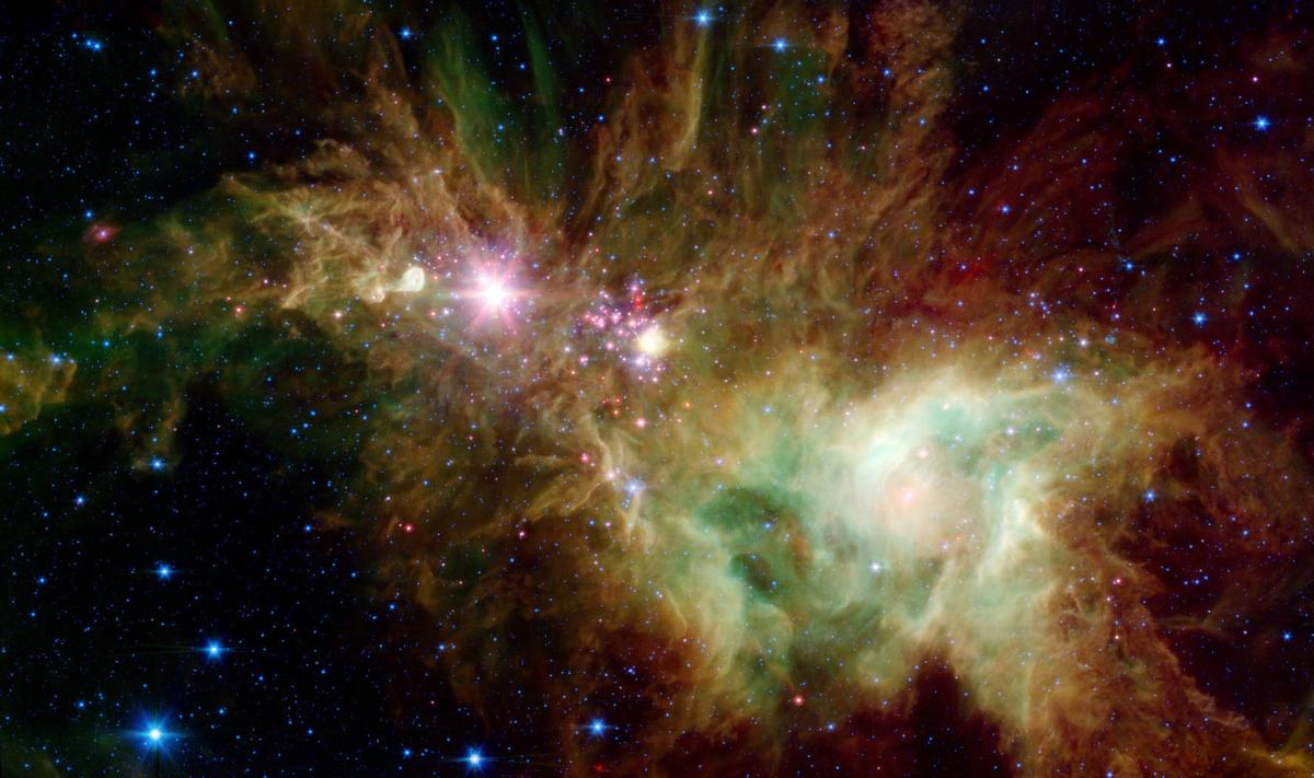 Молодые звезды в виде розовых и красных пятнышек направлены к центру и повторяют контуры снежинок / nasa.gov