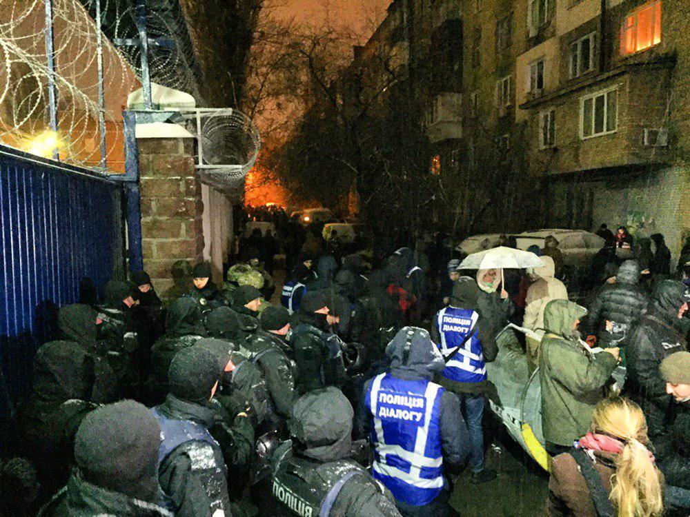 На кадрах видно, как люди пытаются заблокировать выезд из Лукьяновского СИЗО / t.me/pavlovskynews