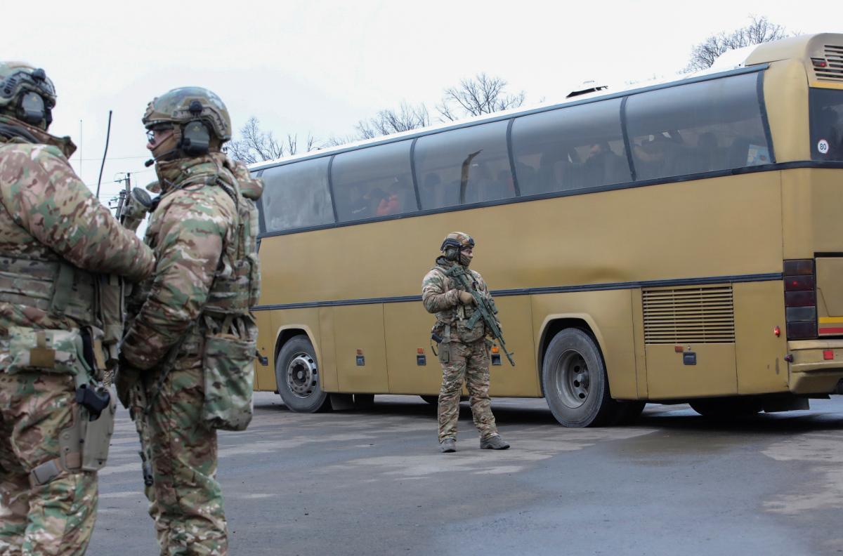 Один из освобожденных в ходе обмена украинцев назвал имена тех, кого боевики продолжают удерживать в колониях / REUTERS