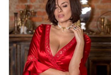 """Екс-""""віагра"""" у розкішному вбранні показала величезні груди (фото)"""