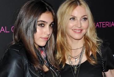 Дочь Мадонны в провокационном перфомансе голая целовалась с девушкой (видео 18+)