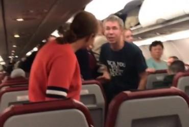 """""""Скот**а, бл**ь!"""" Панин на глазах у пассажиров самолета напал на свою девушку (видео)"""