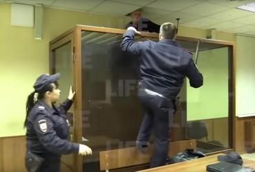 """Леонід """"Коперфілд"""": у Москві вбивця втік з клітки в залі суду (відео втечі)"""