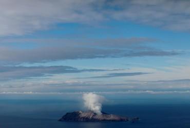 Число жертв извержения вулкана в Новой Зеландии увеличилось до восьми человек