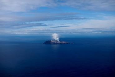 Число жертв извержения вулкана в Новой Зеландии увеличилось до 15 человек