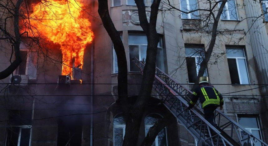 Пожар в одесском колледже: спасатели всю ночь разбирали завалы, искали тела (видео)