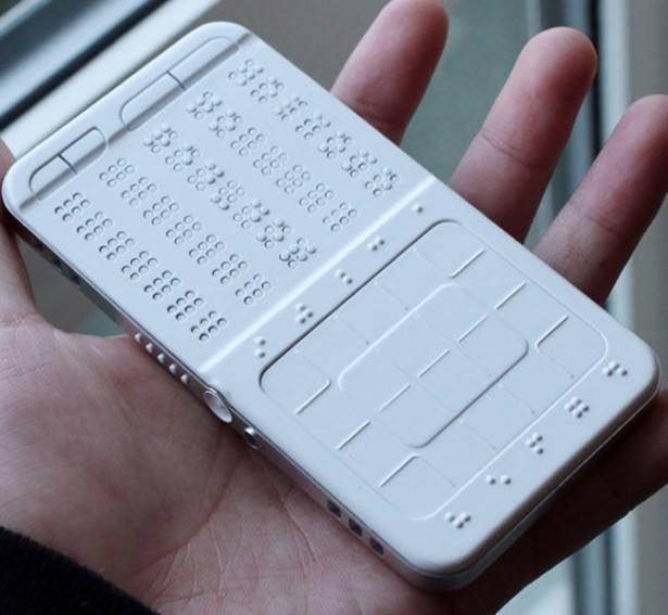 Экран смартфона может переводить обычный текст в шрифт Брайля и наоборот / Фото: Facebook, ООН