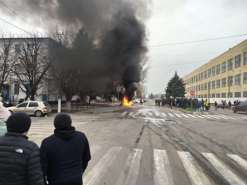 Десятки горожан пришли в райотдел полиции и зажгли шины / фото: dsnews.ua