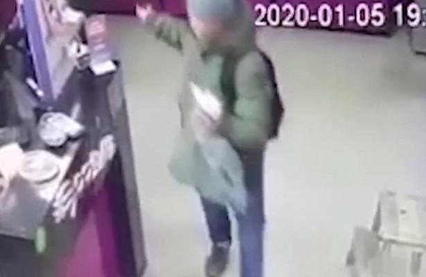 Злоумышленник угрожал продавцу похожим напистолет предметом