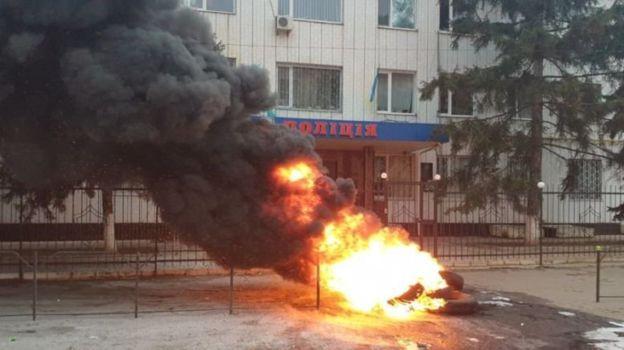 Результатом недоверия к правоохранителям стал стихийный митинг жителей Каховки 4 января / фото из соцсетей
