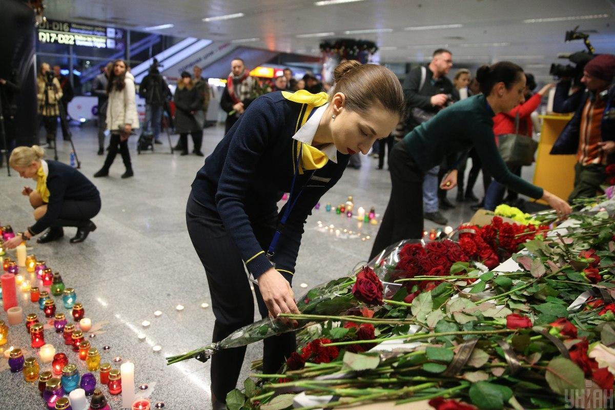 Сразу после прилета они почтить память погибших в терминале аэропорта / УНИАН