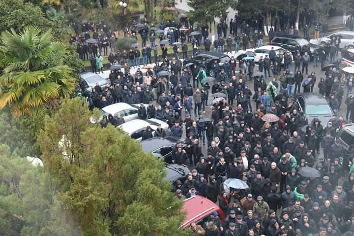 В Абхазии протестующие пошли на штурм / фото twitter.com/LevanGogokhia2