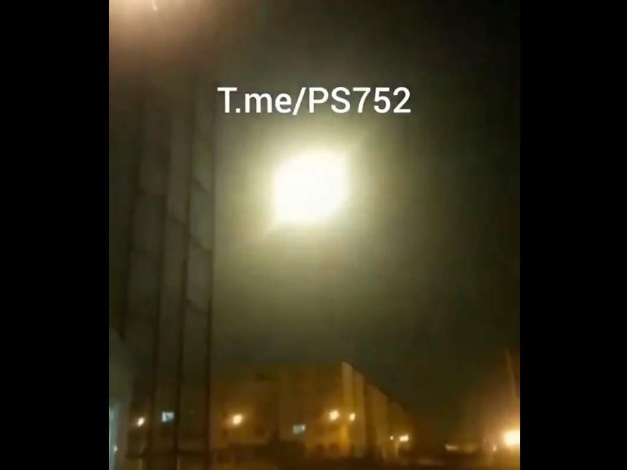 На відео видно, як схожий на ракету об'єкт врізається в небесне тіло, після чого з'являється яскравийспалах / скріншот з відео