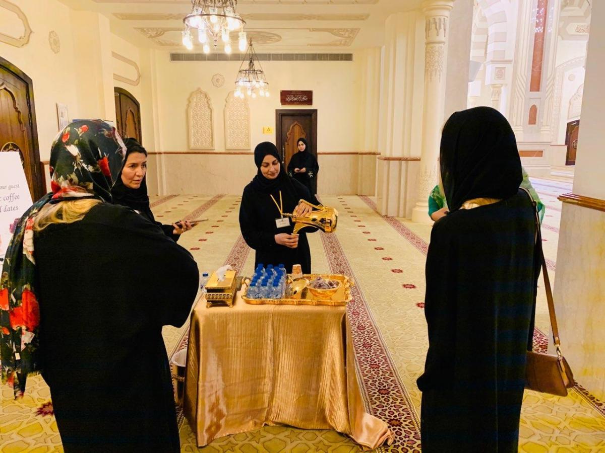 Осмотр Аль-Нур завершается угощением гостей заваренным по-арабски кофе с финиками и прочими сладостями