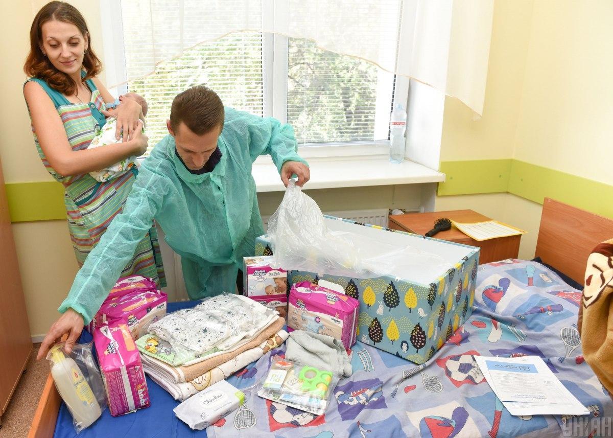 Допомогу при народженні дитини надаватимуть разом з одноразовою допомогою «пакунок малюка» / Фото УНІАН
