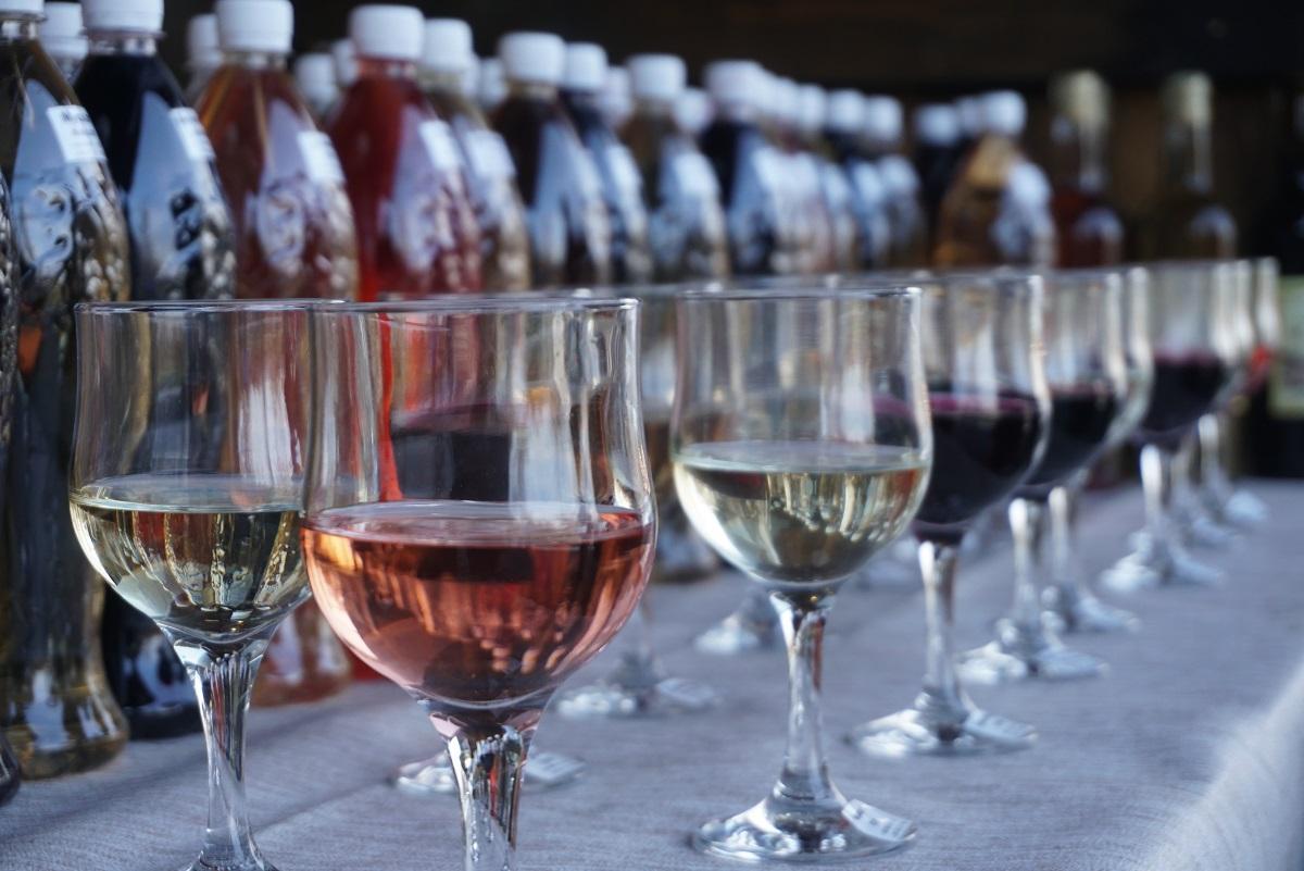 В этот день мир отмечает Международный день розового вина / Фото: УНИАН
