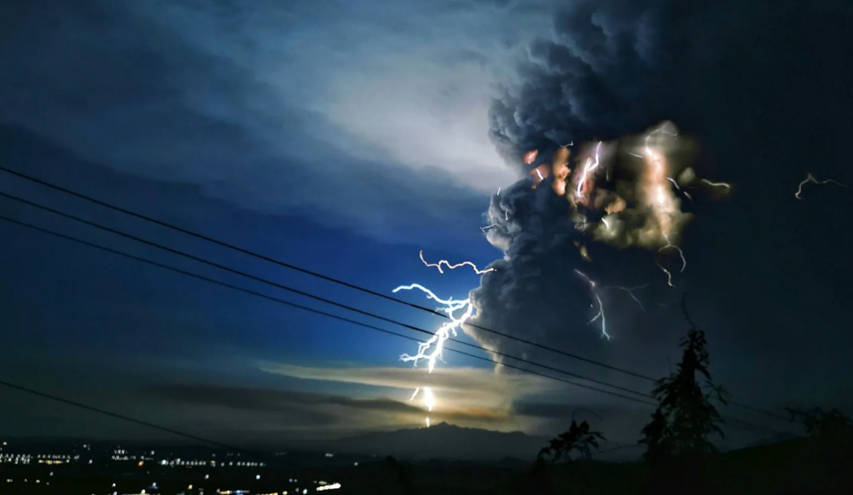 Опубліковані вражаючі кадри грози, яка супроводжувала виверження вулкана / Pacific Press
