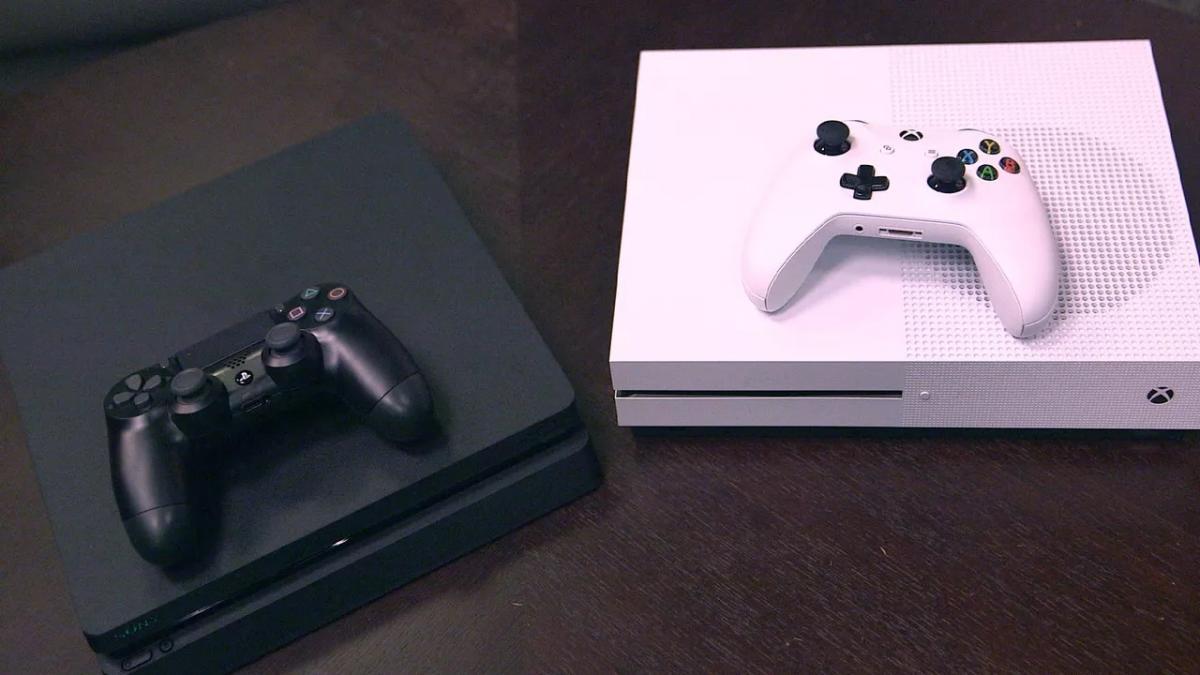 PS4 Slim слева и Xbox One S  справа / cnet.com