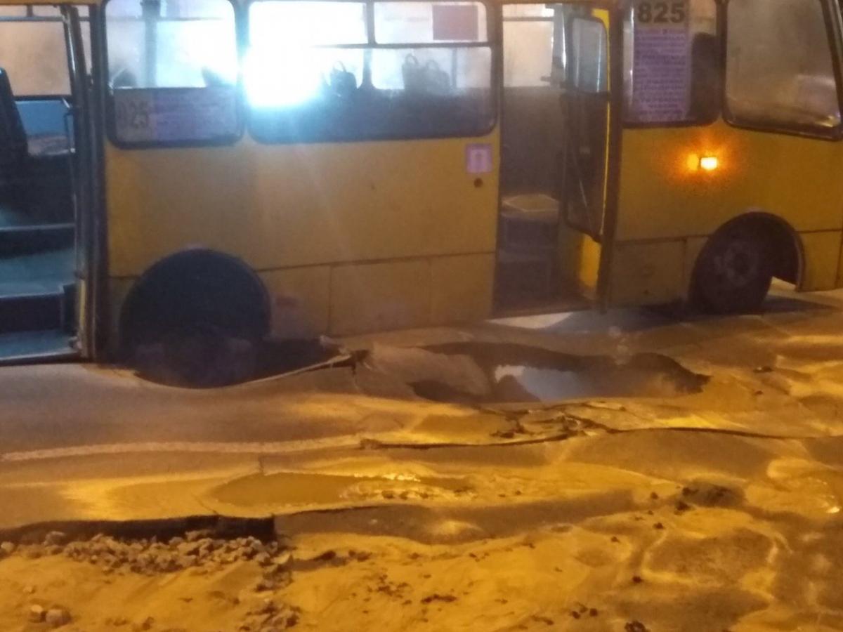 Рятувальники евакуювали з маршрутного таксі чотирьох пасажирів / фото facebook.com/DSNSKyiv