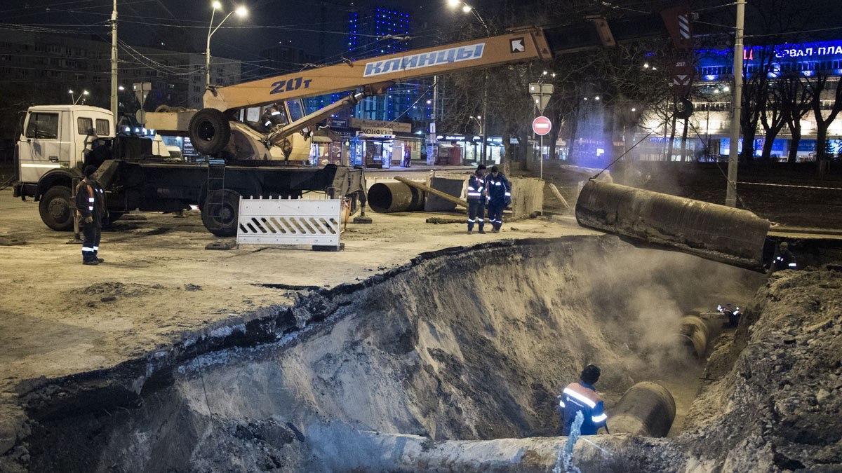 В результате прорыва горячей водой залило улицу и расположенный на ней ТРЦ / фото: х...й киев/Telegram