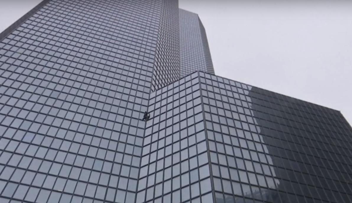 """Во Франции """"человек-паук"""" покорил 187-метровую башню за 52 минуты / Фото: скриншот"""