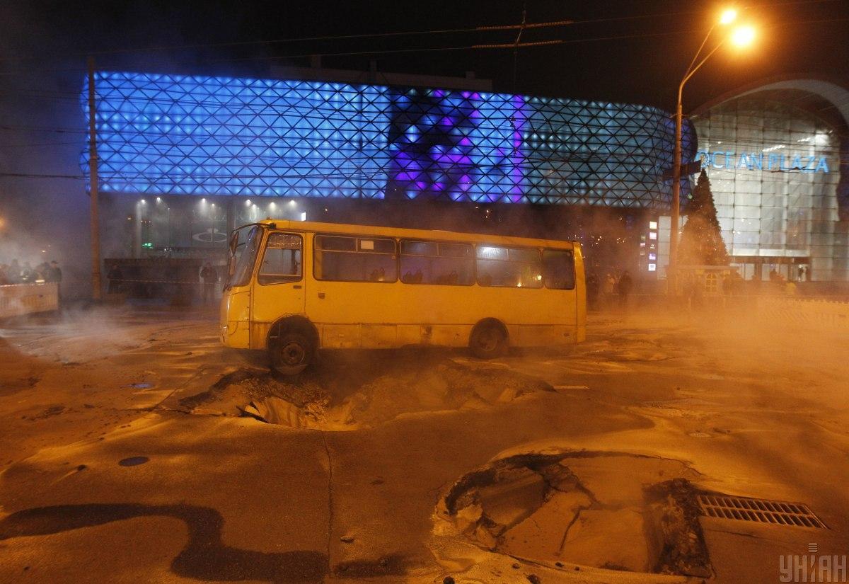 Прорив труби стався13 січня у Києві поблизу Либідської площі/ фото УНІАН