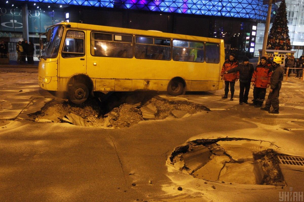 Прорыв теплотрассы произошел возле метро Лыбидская/ фото УНИАН