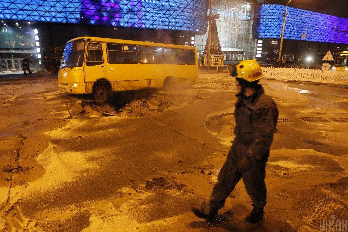 Через прорив окропом підтопило перший поверх столичного ТЦ / Фото УНІАН