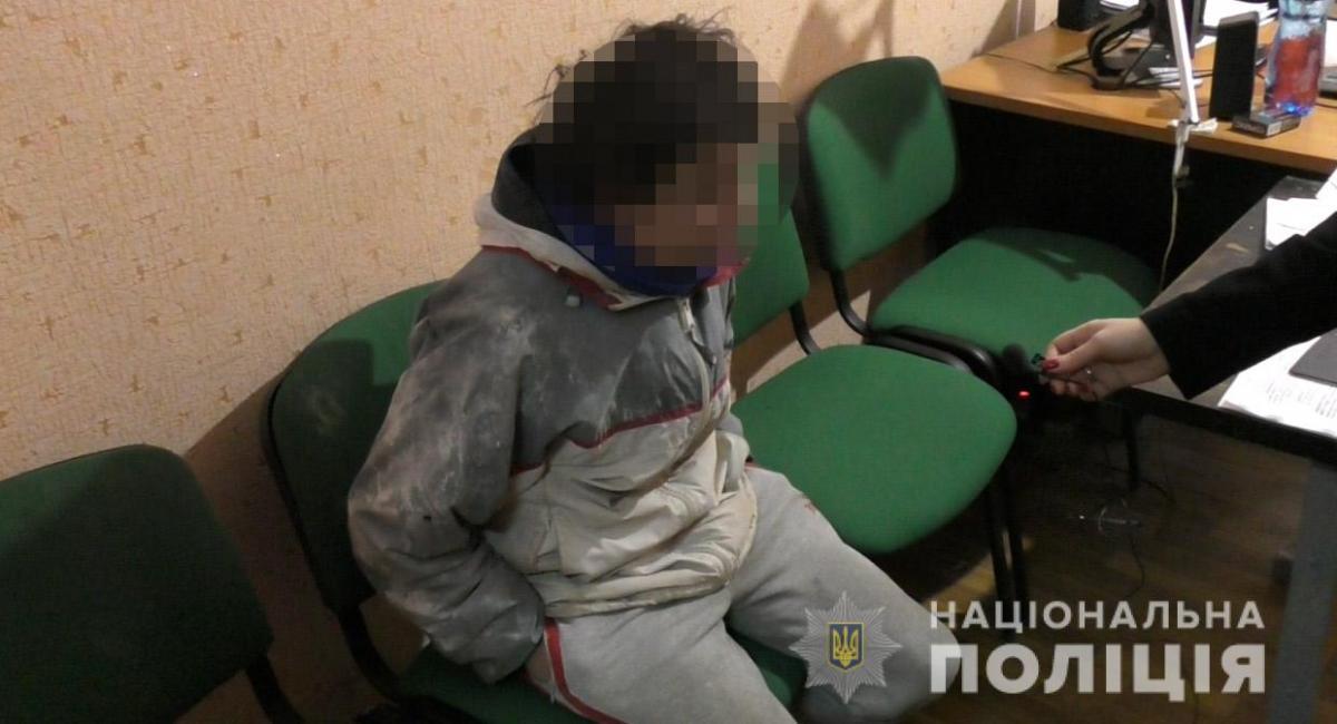 С места происшествия правоохранители изъяли 8 пустых бутылок настойки боярышника / фото ГУ НП в Днепропетровской области