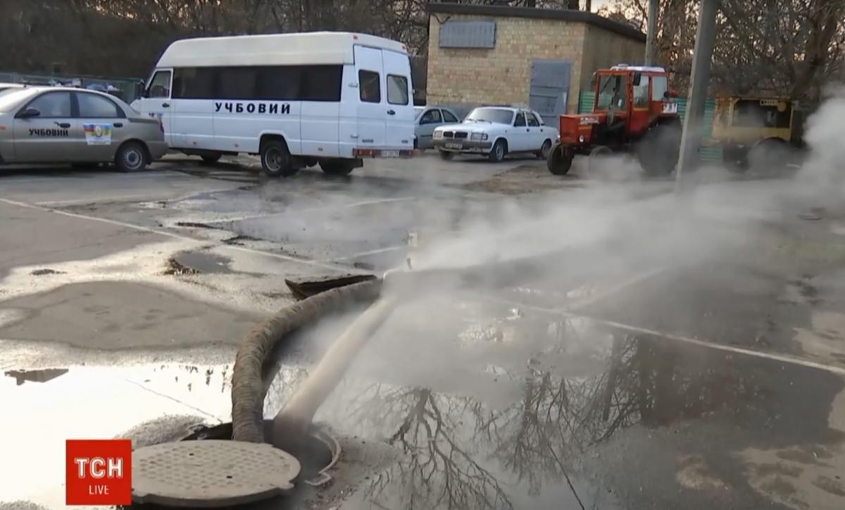 На столичной Шулявке произошел прорыв трубы с горячей водой / скриншот